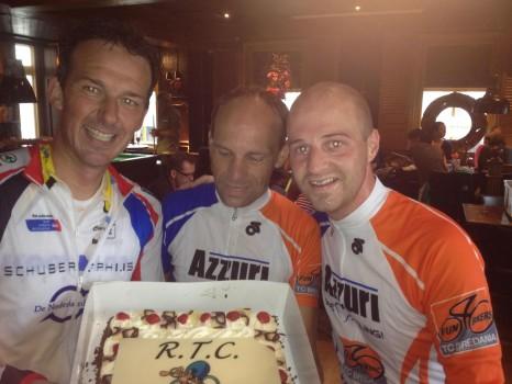 Arnold, Raoul en Leon poseren trots met de taart.